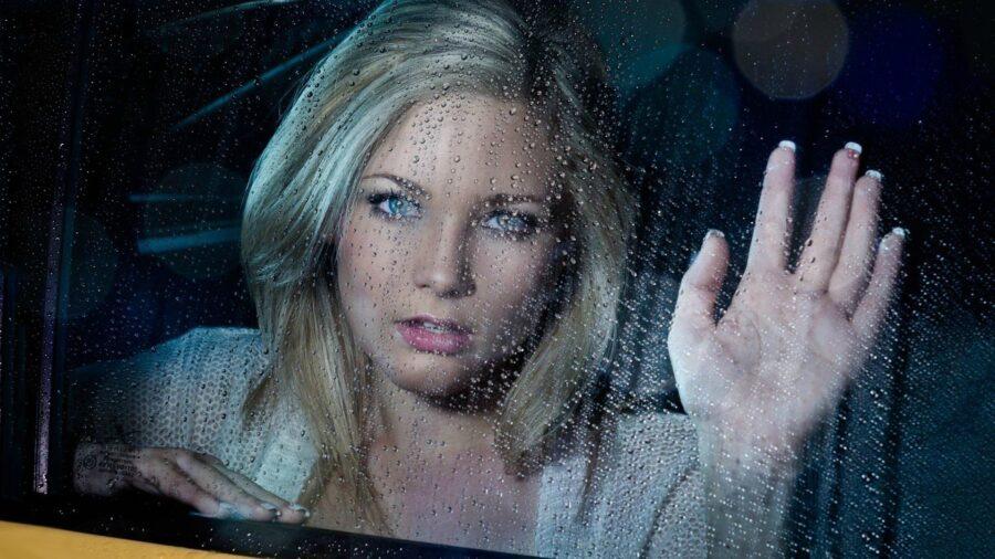 грустная девушка в окне машины
