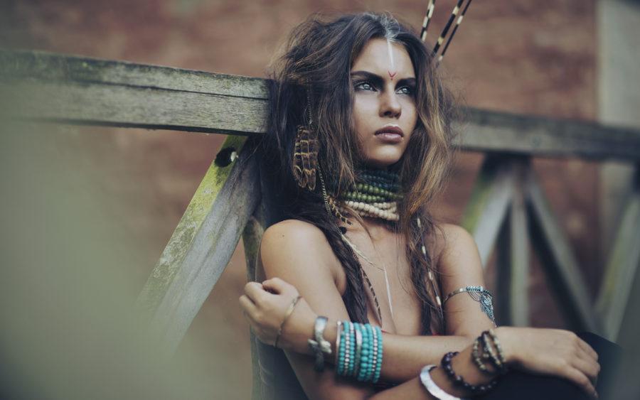 фотосессия девушки в перьях