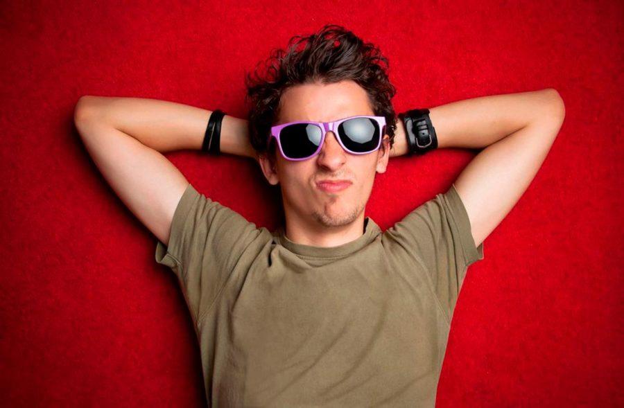 парень в очках на красном фоне