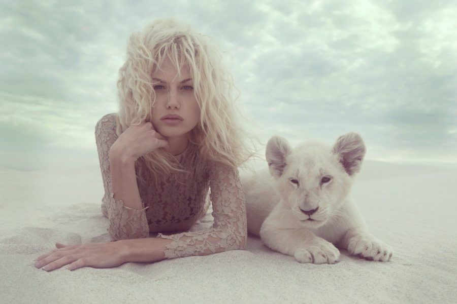девушка и львенок