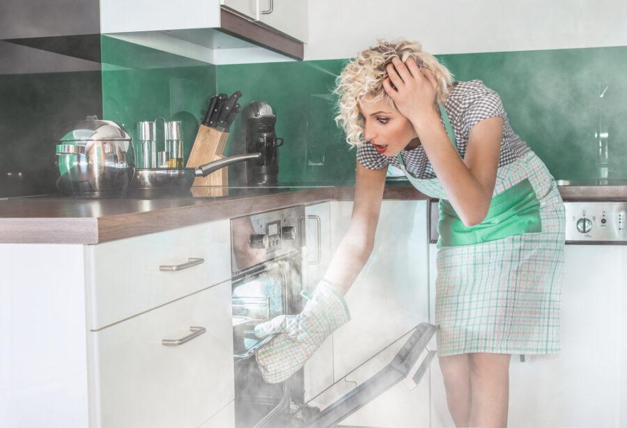 девушка не умеет готовить