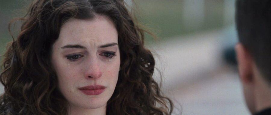 девушка плачет в фильме