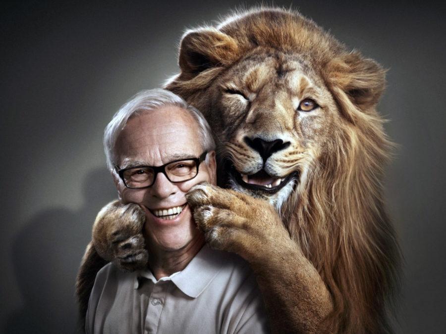 лев держит улыбку мужчины