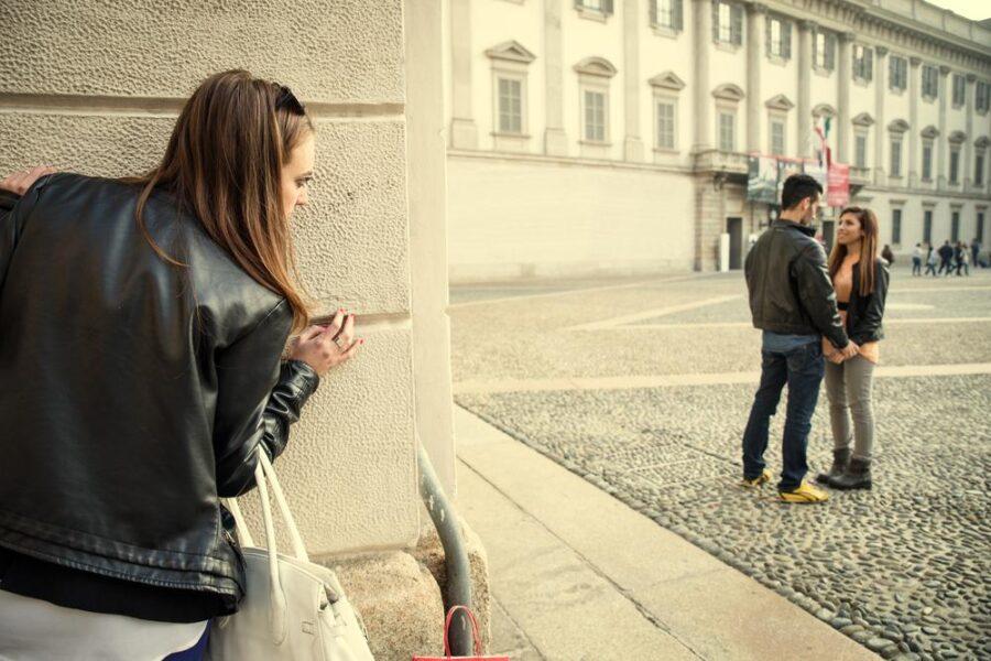 девушка следит за парнем