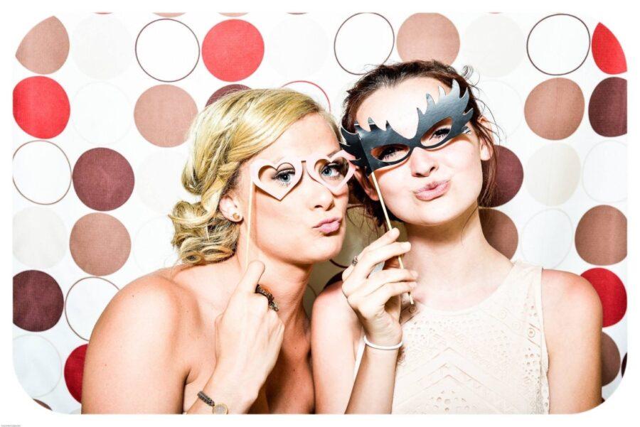 две девушки в смешных масках