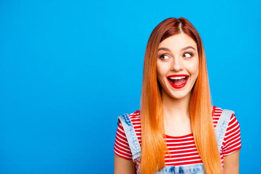 веселая девушка на синем фоне