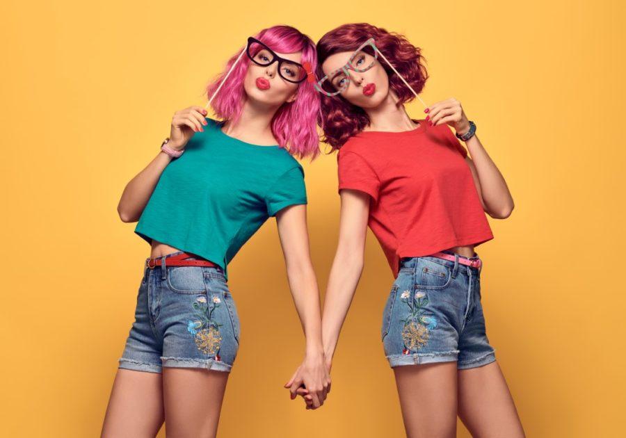 две девушки в цветной одежде