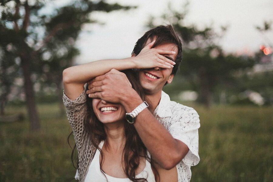 пара закрывает друг другу глаза