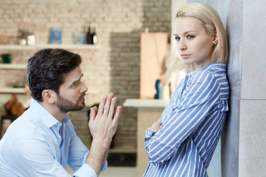 мужчина просит прощения у девушки