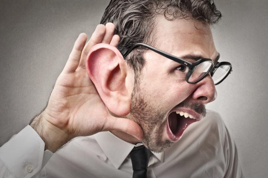 мужчина пытается услышать