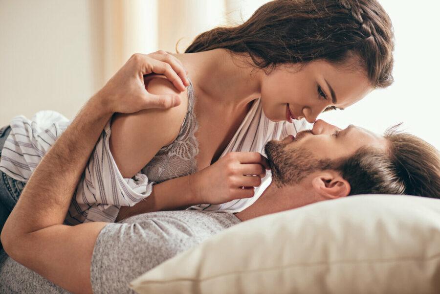 пара обнимается в постели