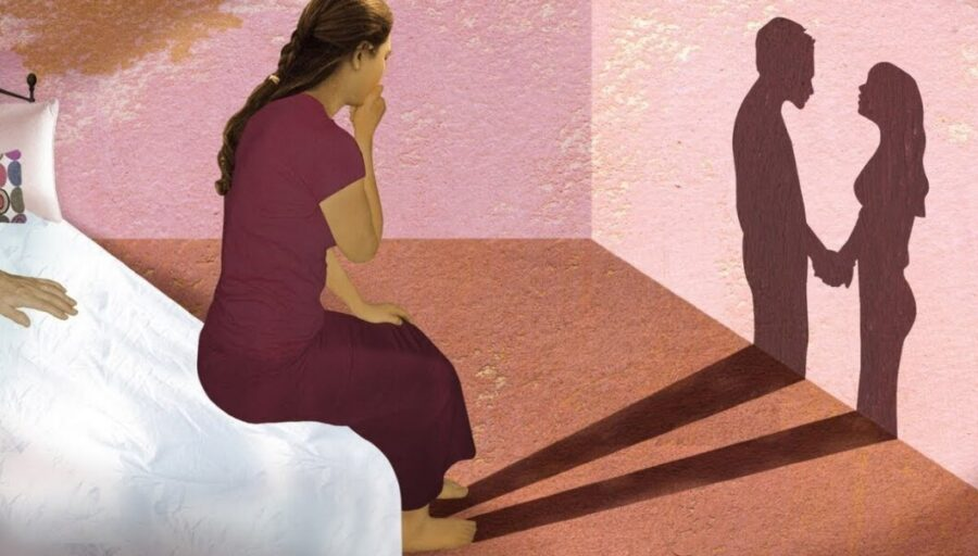 девушка смотрит на тень