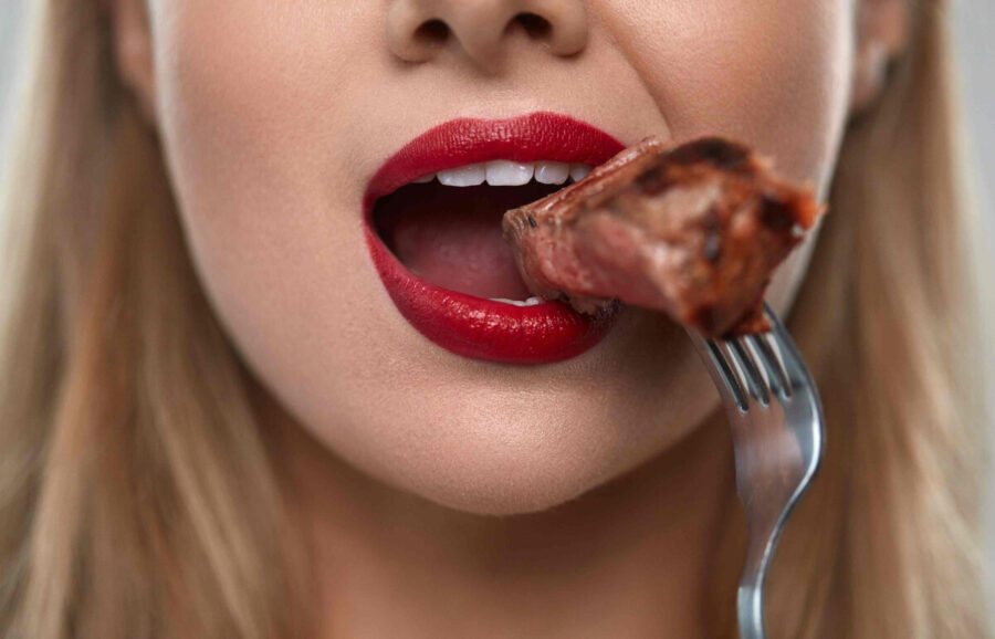 девушка ест стейк