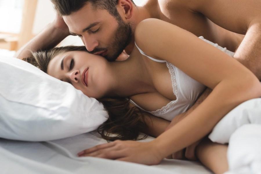 пара в постели 4