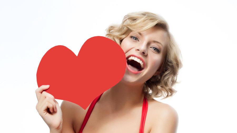 девушка с картонным сердцем