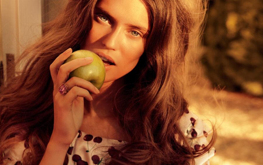 Красивая фотка девушки с яблоком