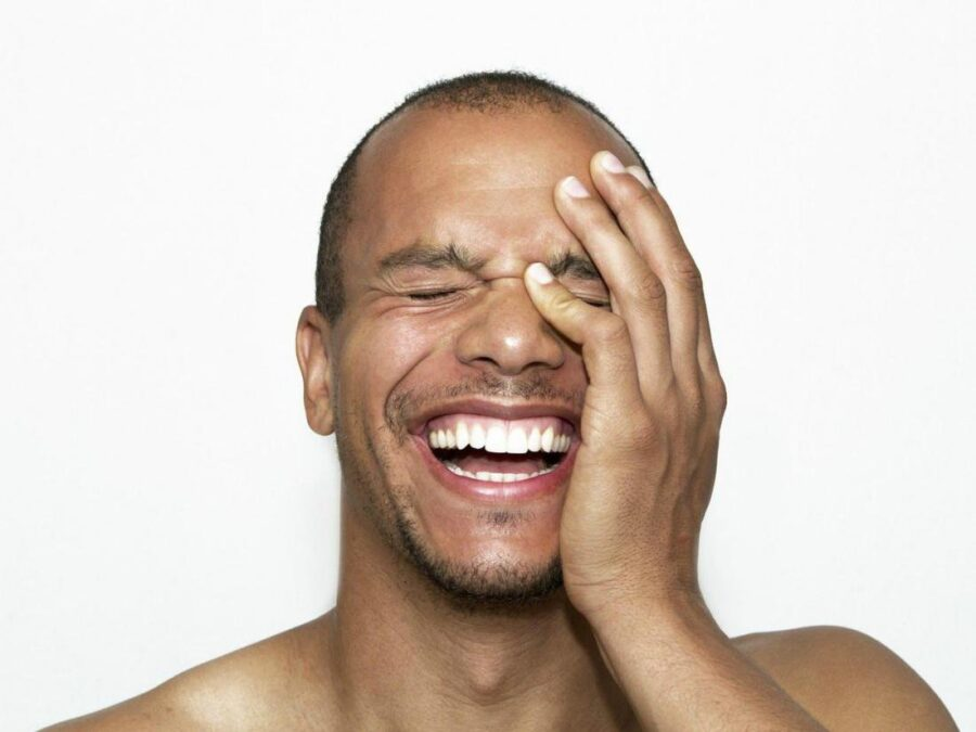 парень смеется 2