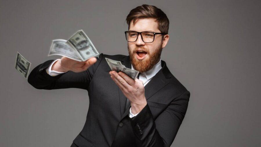 мужчина кидается деньгами