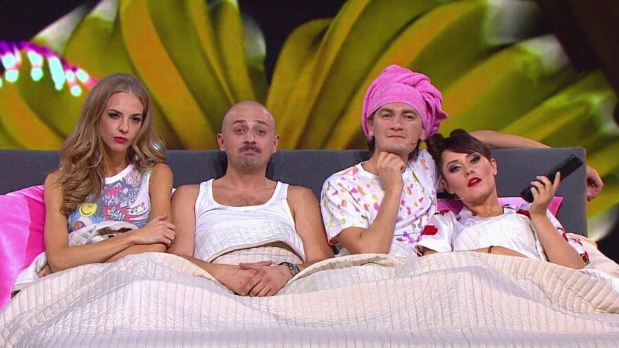 Шведская семья в постели