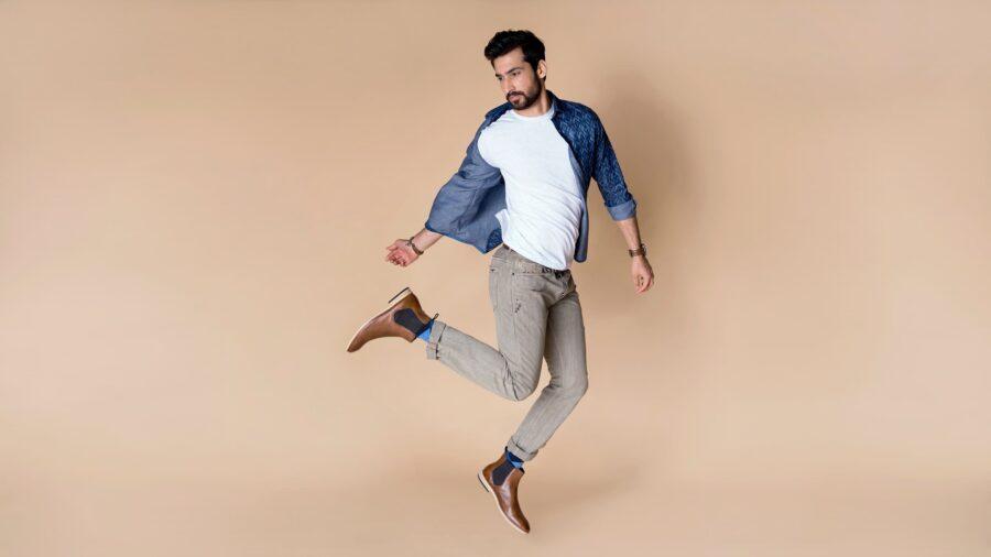 парень прыгает