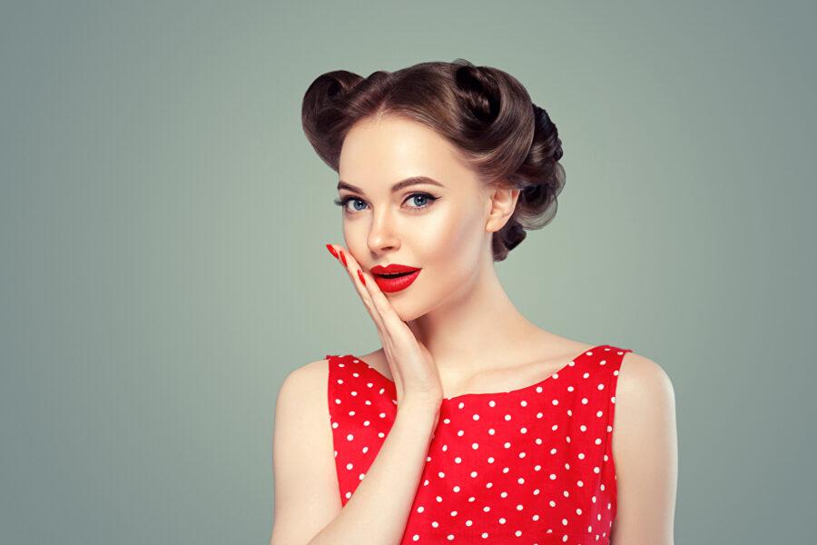 девушка в красном платье горошек