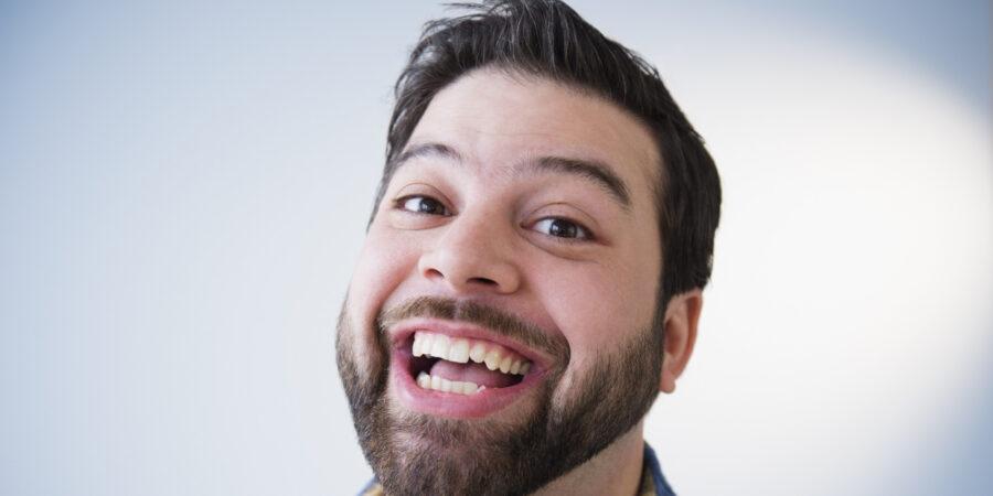 парень смеется 3