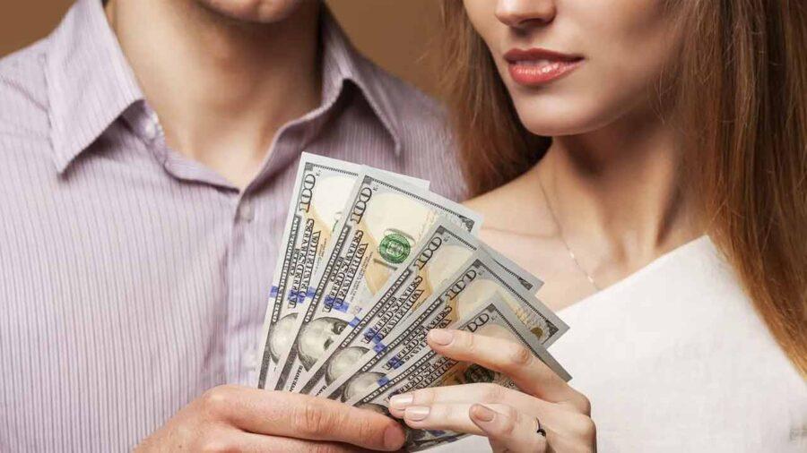 девушка берет деньги у мужчины