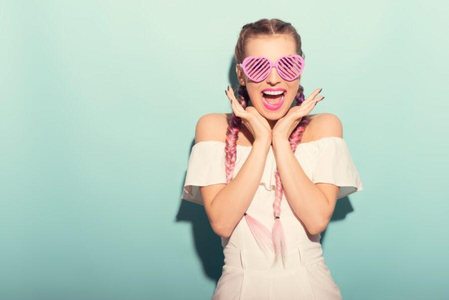 девушка в пластиковых очках