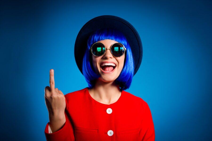 девушка показывает средний палец