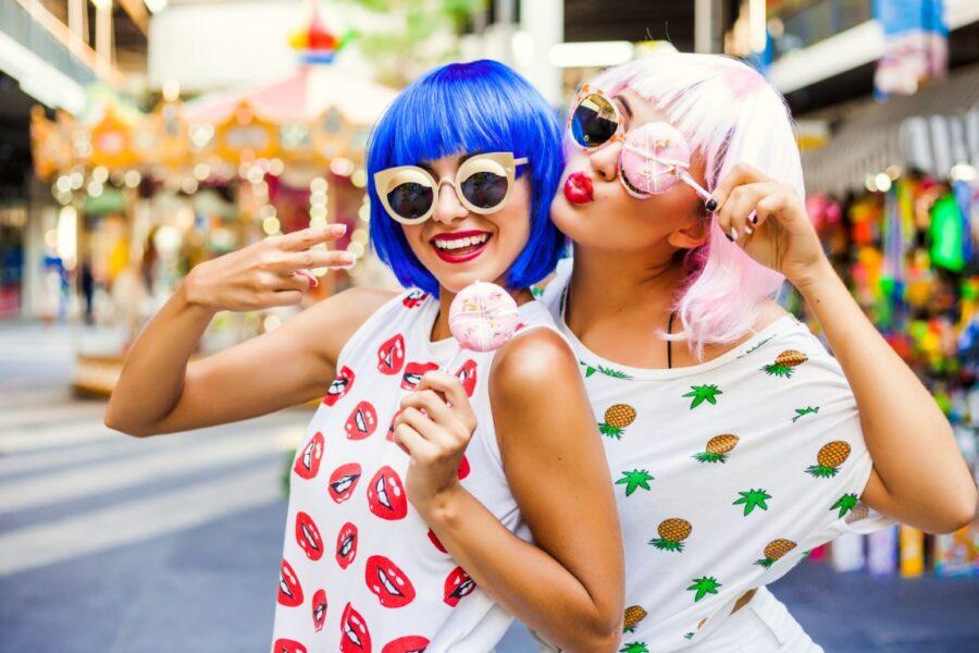 две девушки в париках