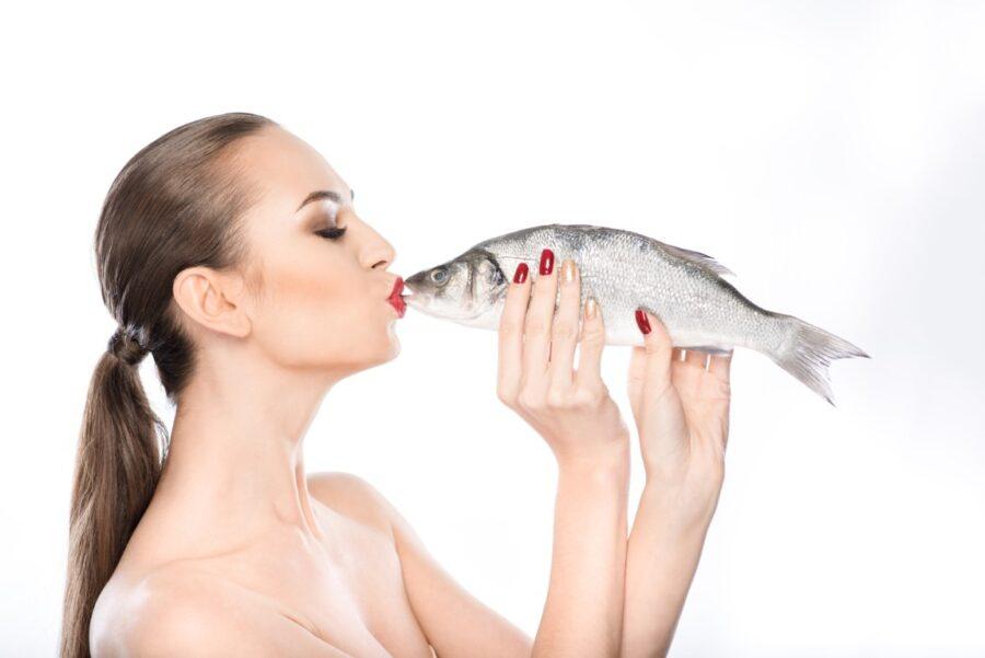 девушка целует рыбу