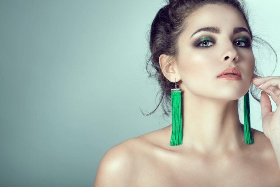 девушка в зеленых серьгах