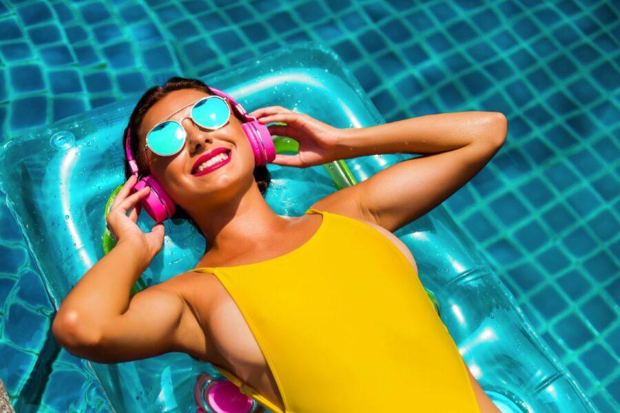 девушка в наушниках в бассейне