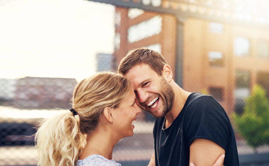 девушка и парень смеются 22