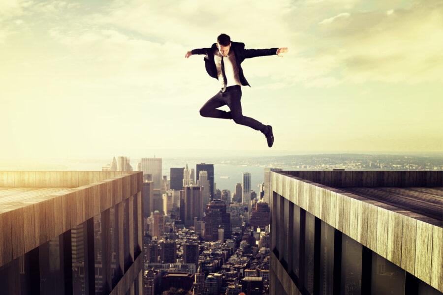 парень прыгает над пропастью