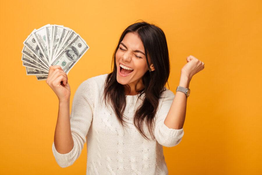 девушка радуется деньгам