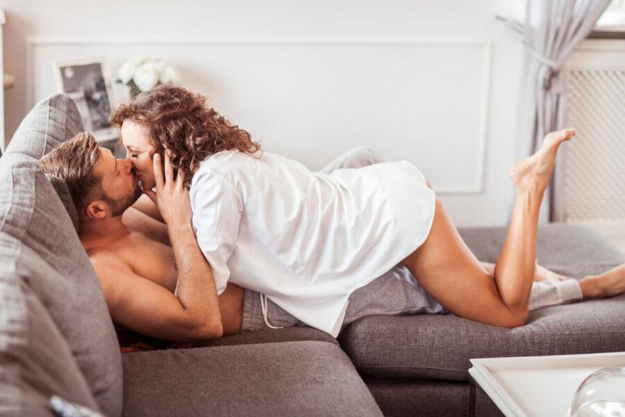 девушка в мужской рубашке целует мужчину