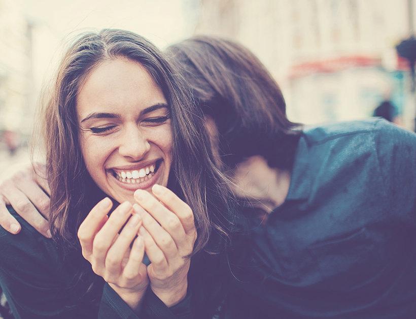 девушка и парень смеются
