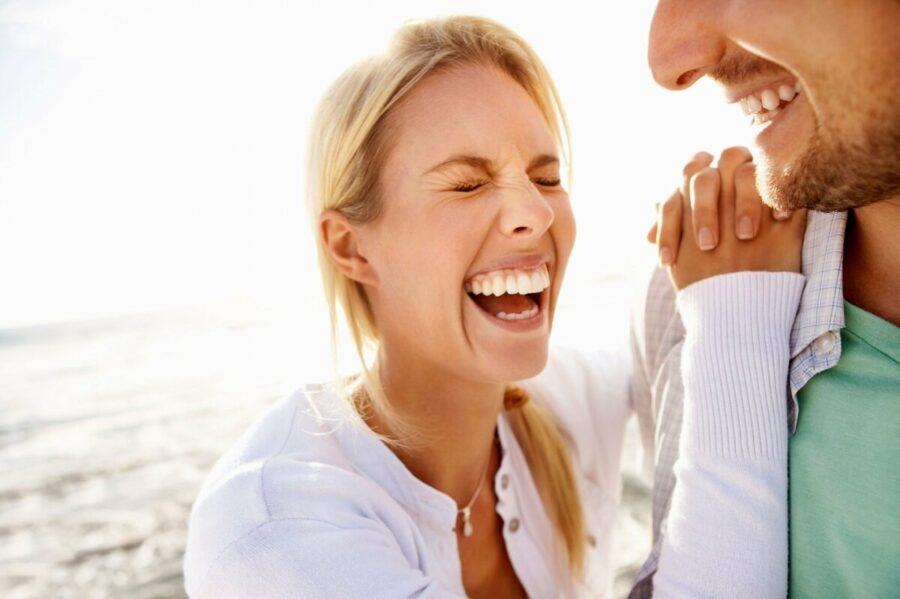 девушка и парень смеются 24