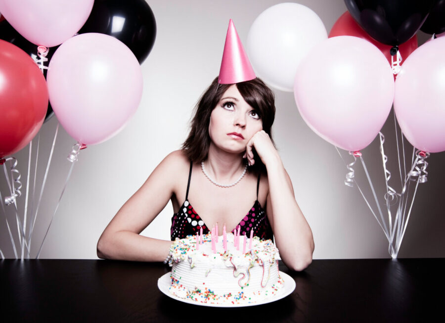 девушка одна на дне рождения