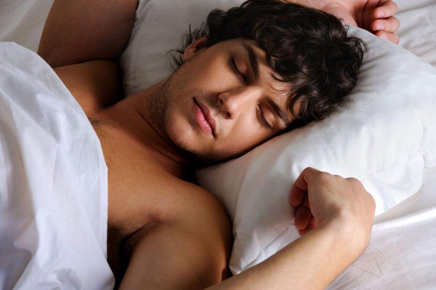 кудрявый парень спит