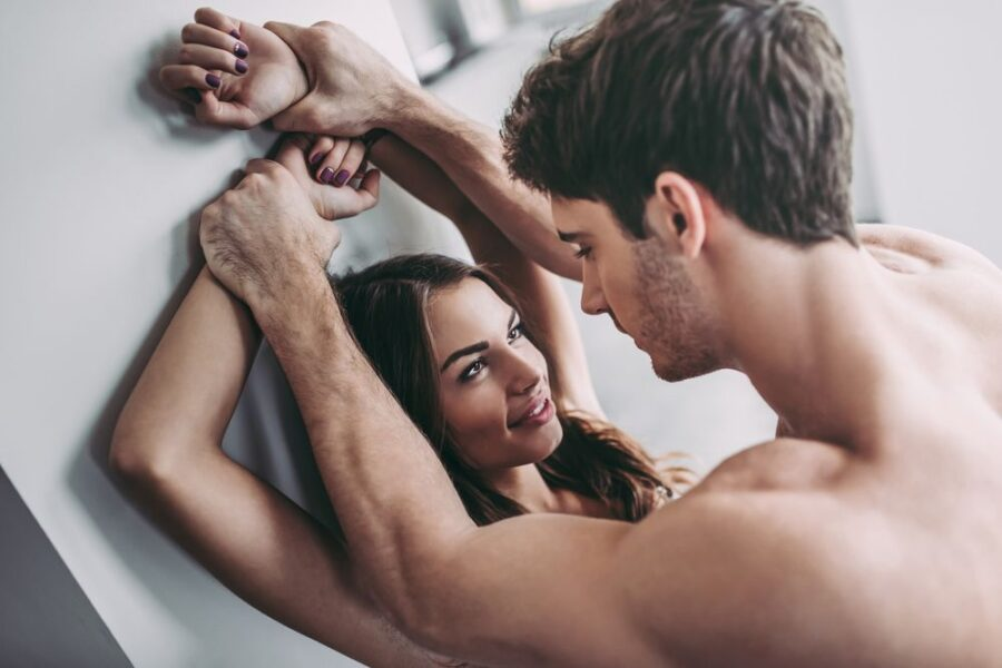 парень держит руки девушки