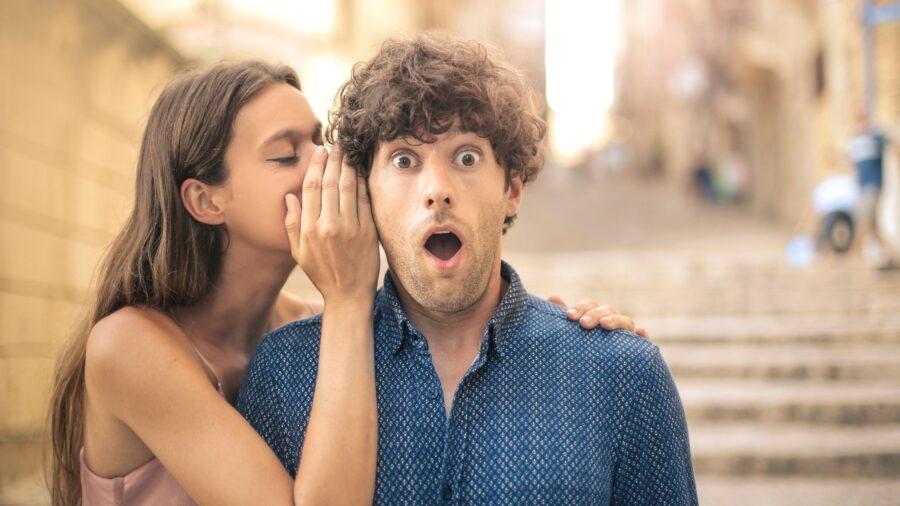 девушка шепчет парню на ухо