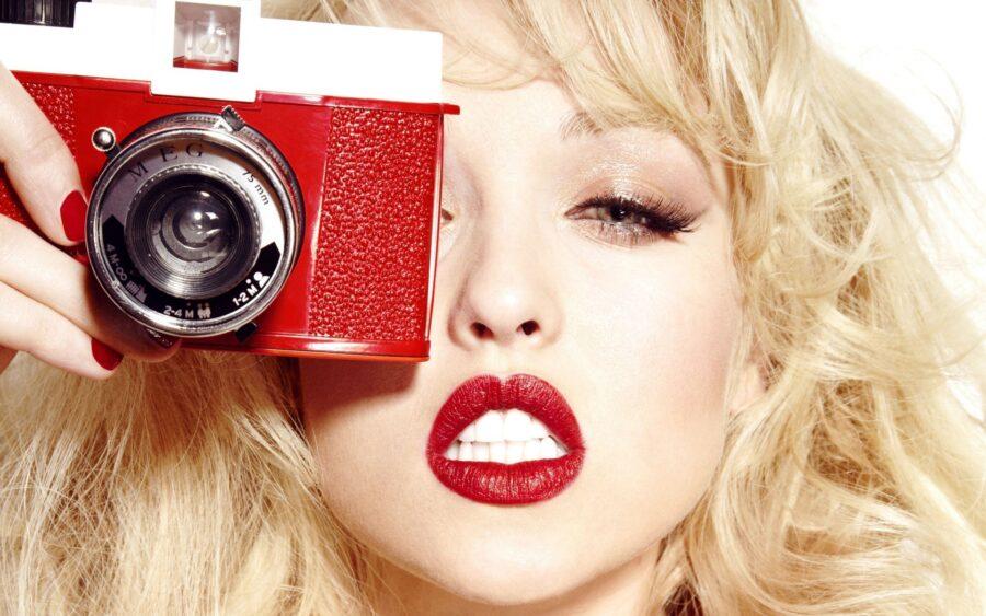 сексуальная девушка с фотоаппаратом
