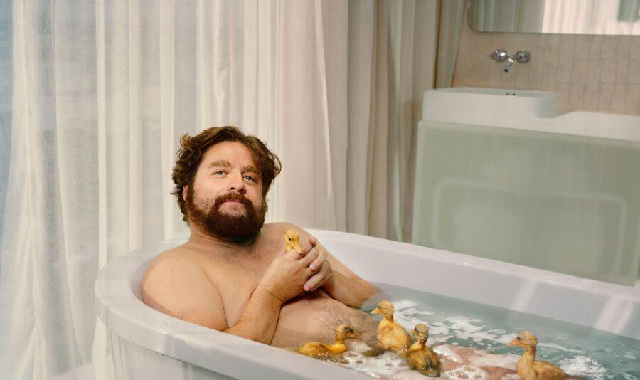 мужчина неженка в ванной с уточками
