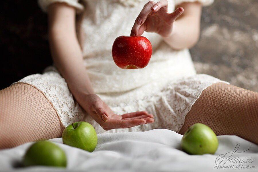 девушка ест яблоки
