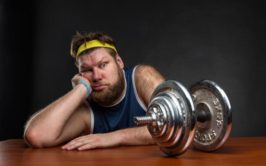 парень ленится заниматься спортом