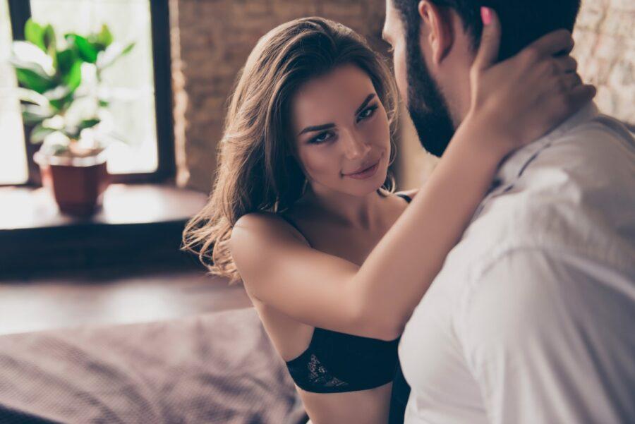 девушка с парнем в спальне