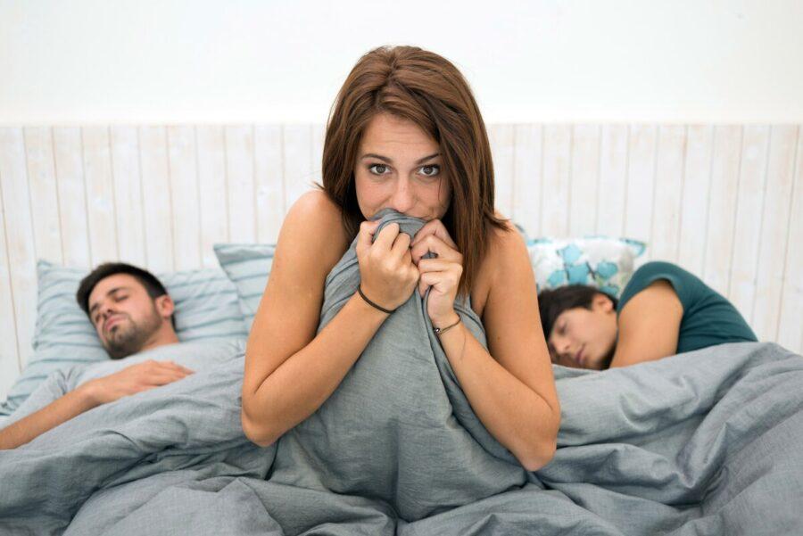 девушка в постели с двумя мужчинами