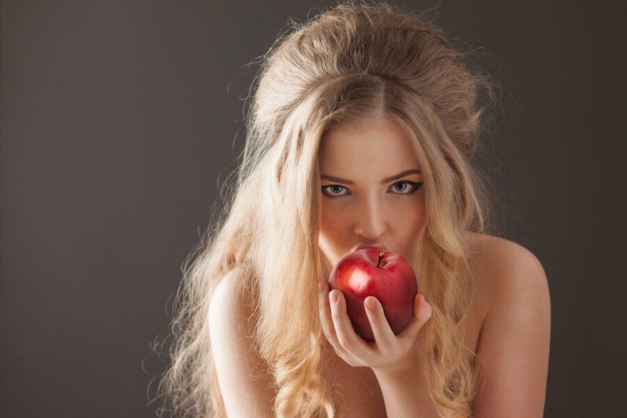 девушка кусает яблоко